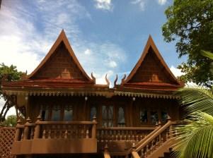 チークを使った伝統的タイの建物