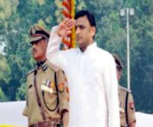 पुलिस दिवस पर परेड के सलामी लेत यूपी के मुख्यमंत्री अखिलेश सिंह यादव