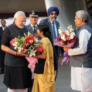 हवाई अड्डा पर पीएम मोदी के स्वागत करत सुषमा स्वराज.