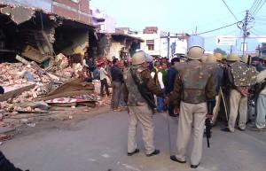 टूटी दुकानन के एते लगी पुलिस