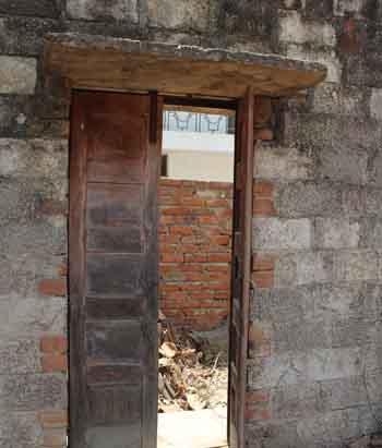 """घर नहीं बचा, अगर कुछ बचा है तो उनकी यादें और यह दरवाजा """"जहां मीनों का घर था, वहां बड़ा मैदान हो गया""""- केदारनाथ अग्रवाल की कविता 'कंकरीला मैदान' से"""