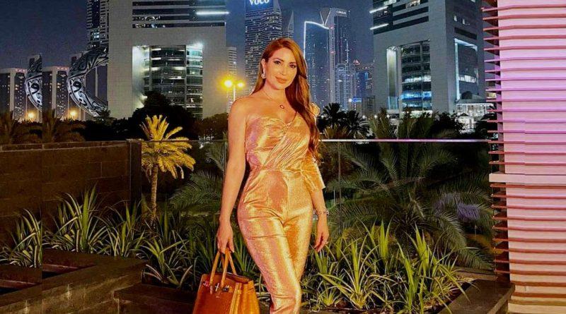 نسرين طافش في دبي بإطلالة مسائية ذهبية تستعرض أناقتها