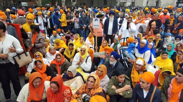 Sikhs locked off London outside parliament 9