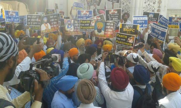 Pics from todays protest at Akaal Takhat Sahib from Dal Khalsa Panch Pardhani against the pardon given to sauda sadh (12)