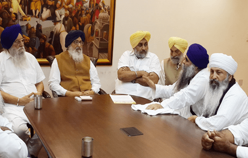Baba Harnam Singh Dhumma (Taksal-Mehta) and Sant Samaj leaders meeting the Badals