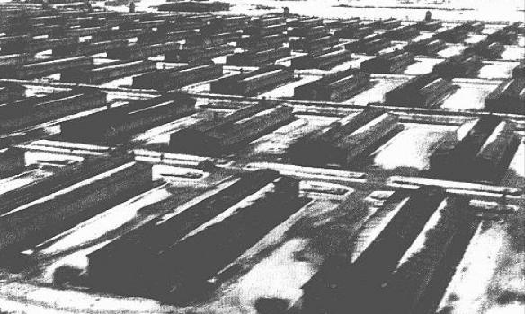Фото: ushmm.org  Бараки в лагере Освенцим-Биркенау. Фотография сделана после освобождения лагеря. Освенцим-Биркенау, Польша, после 29 января 1945 г.