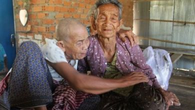 Photo of Cambodian sisters, 98 and 101, reunited after 47 years