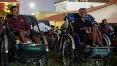 Photo of Cambodia's cyclo drivers treated to pedal-in movie