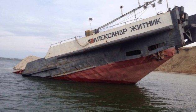 Збитки, заподіяні довкіллю після затонулого судна, виявляються