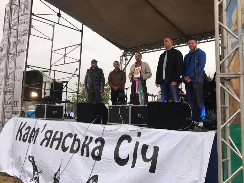 На фестивалі козацької слави «Кварта» презентували прапор та герб Кам'янської січі