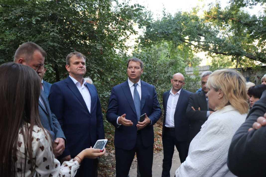 Андрій Гордєєв оглянув аварійний будинок та зустрівся з його мешканцями