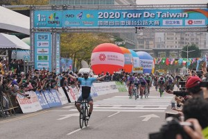 KHS Elevate Webiplex rider Eric Young crossing the finish line in 1st place in stage one of the Tour de Taiwan.