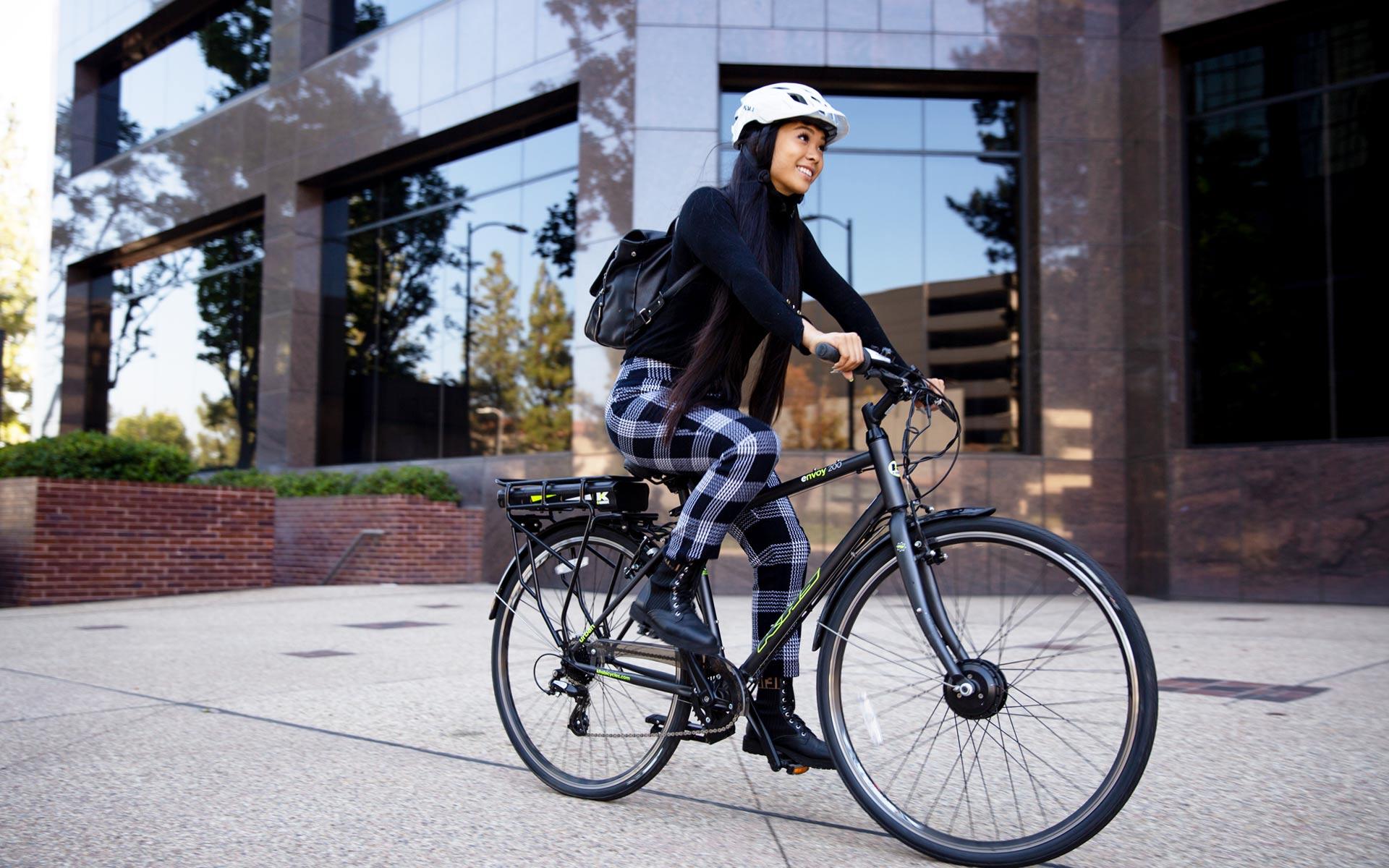 A Rider on the 2020 KHS Envoy 200 e-bike cruising through the city