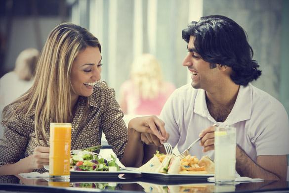 smiling-couple-having-a-lunch-Khurki.net