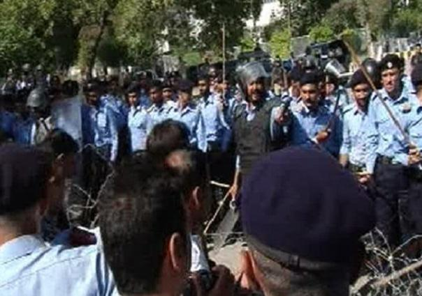 Police use baton charge, arrest protesting doctors in