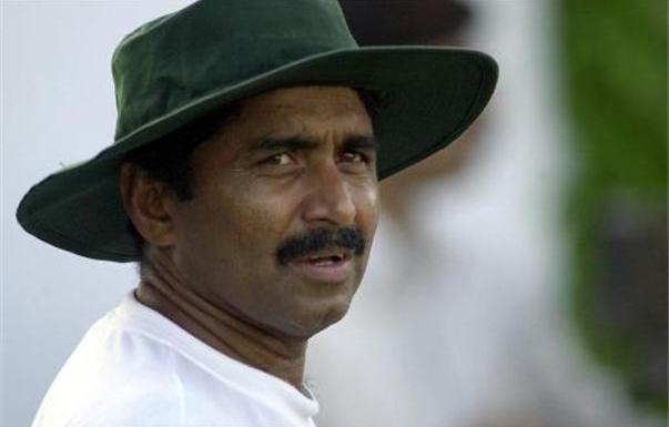 Miandad advises coach Arthur not to force his procedures on players