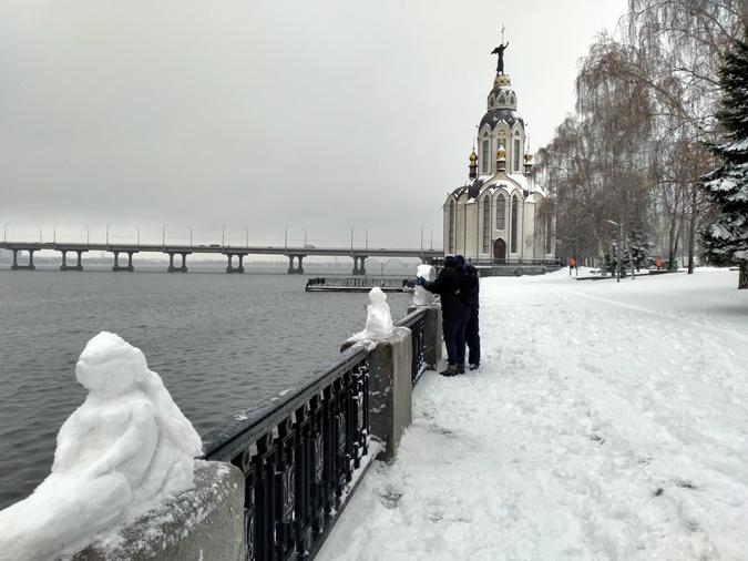 На Набережной Днепра появились десятки снежных скульптур ...