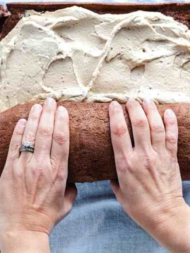 how to roll a Swiss roll cake spread with filling