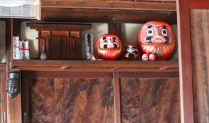 築100年以上の住まいの神棚と達磨