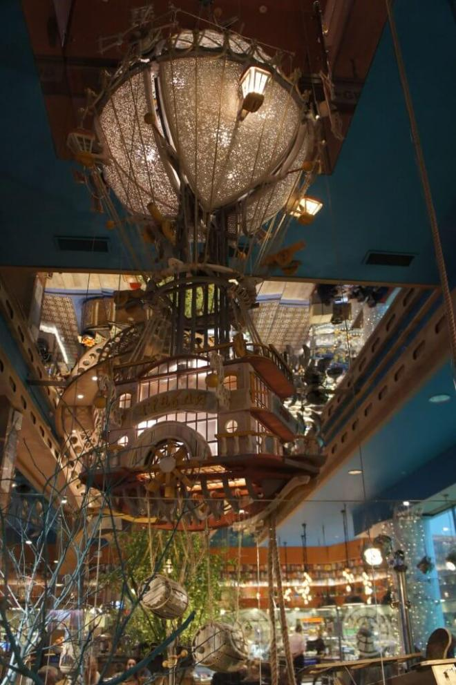 Grabli restaurant complete with hot air balloon decoration in Moscow