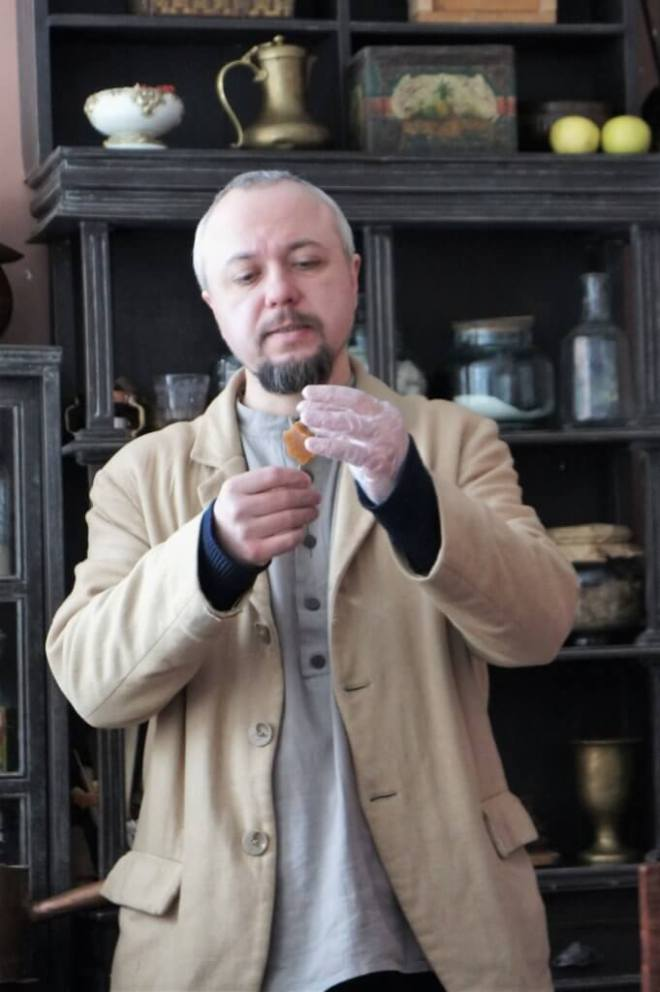 Demonstrating how to make traditional Russian fruit pastille sweets