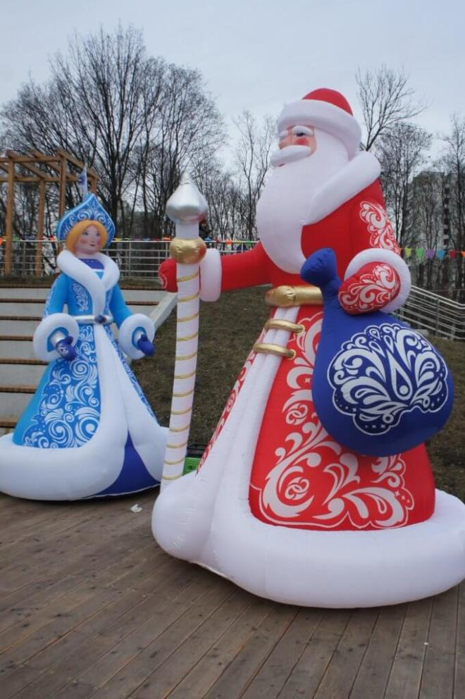 Inflatable Ded Moroz, in red, and Snegurochka, in blue.