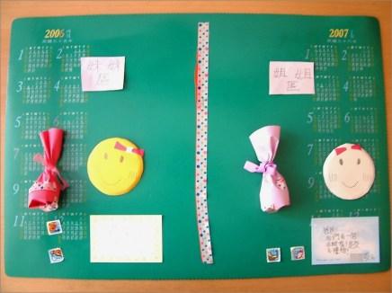 去(2011)年春末,2A 姊妹玩起禮物交換的遊戲。她們分別包裝小飾品,各寫一張小卡片,整齊地擺在書桌~