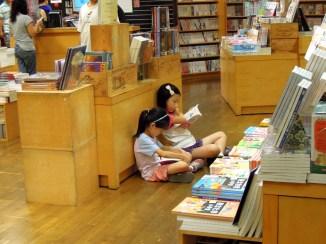 2A 在書局席地而坐,隨意閱讀她們感到興趣的書籍~