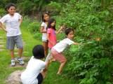 有些孩子採集野生的小桑椹,並四處與人分享~