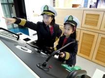 2A 參觀基隆的陽明海洋藝術館,模擬船長、大副合作控制船隻進出港口~