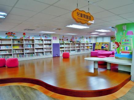 我們住家附近的安樂區圖書館,兒童閱覽區是開放式,環境寬敞、舒適~