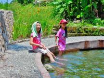 2A 兩腳泡在「雷公埤」旁的小湧泉池裡,好不清涼~