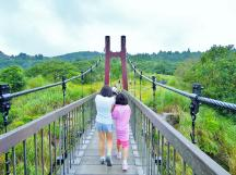 2A 步過冷水坑的菁山吊橋時,忍不住硫磺氣味而掩鼻快走~