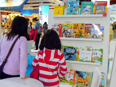 2A 姊妹被外文區陳列的書籍所吸引~