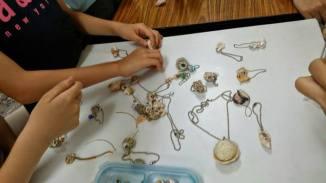 親子各憑創意,善用海邊無法成為寄居蟹房子的材料,製作成獨一無二的飾品。