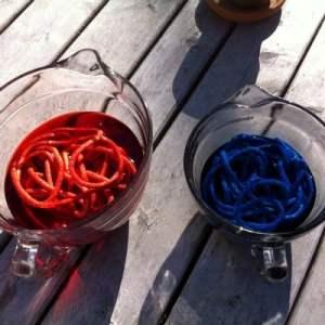 patriotic-yarn-balls-color-dye