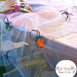 This DIY Halloween tablecloth is perfect for your Halloween decorations and party! It's so easy and spooky! www.kidfriendlythingstodo.com