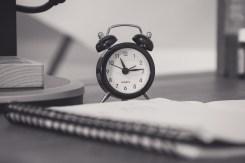 vie étudiante et job étudiant : la photo d'un réveil et d'un carnet
