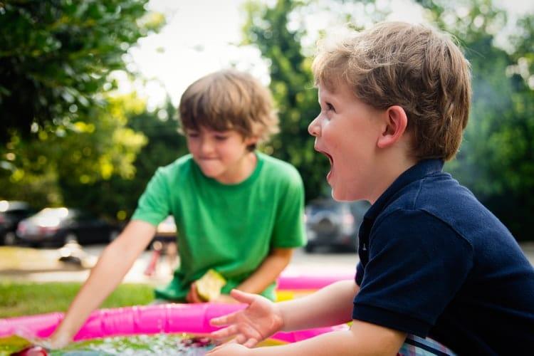 frères jouant ensemble