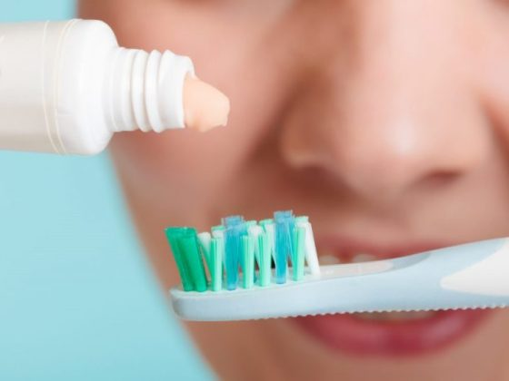 The best toothpaste has common features like flouride content, suitable for sensitive teeth, ability to remove plaque and tartar from teeth and stain control on teeth.