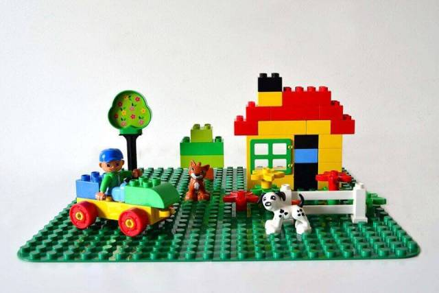 lego-duplo-set-on-a-building-plate