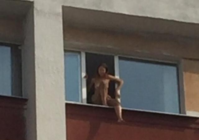 В Твери девушка пришла в гостиницу и показала там всем свою грудь, фото 18+