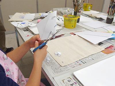 画用紙を切って型紙を作ります