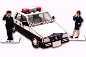 Papercraft imprimible y recortable de un coche de policia con sus agentes. Manualidades a Raudales.