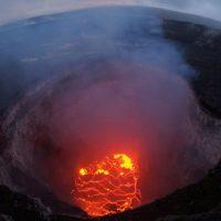 """Vulcão no Havai agora lança """"blocos balísticos"""" que causam terramotos"""
