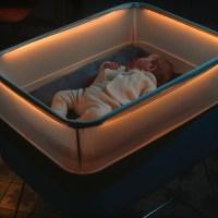 Ford criou um berço que simula o ambiente de uma viagem de carro à noite