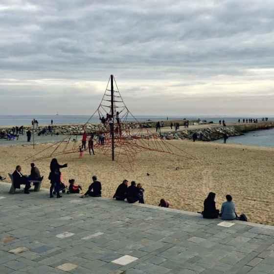 spacer wzdłuż plaży w Barcelonie
