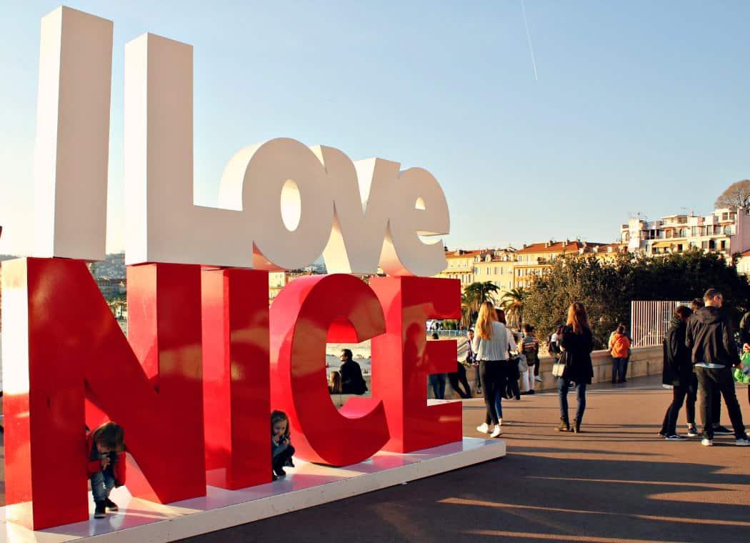 Spacer nad brzegiem morza w Nicei