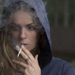 タバコが500円に値上げ?喫煙者は肩身が狭い世の中に…