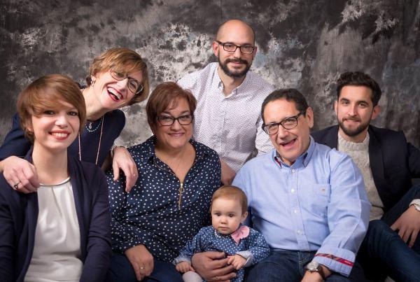 Sesión familiar, fotografía de familias en Zaragoza, Sesión fotográfica Regalo para los Abuelos